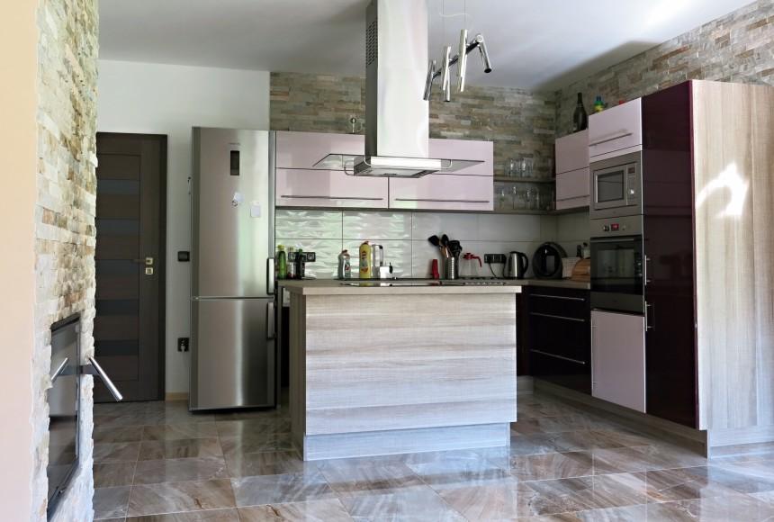 Kuchyně s kamenným obkladem