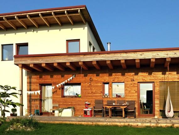 Bílá a dřevěná fasáda