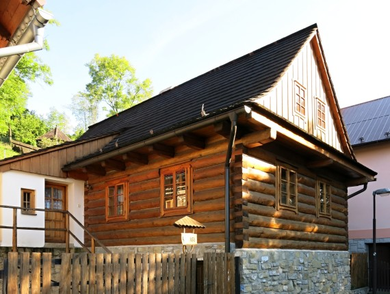 Replika původní dřevěnice v městské zástavbě