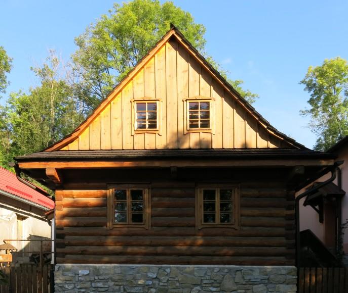 Štítová stěna s dřevěným obkladem