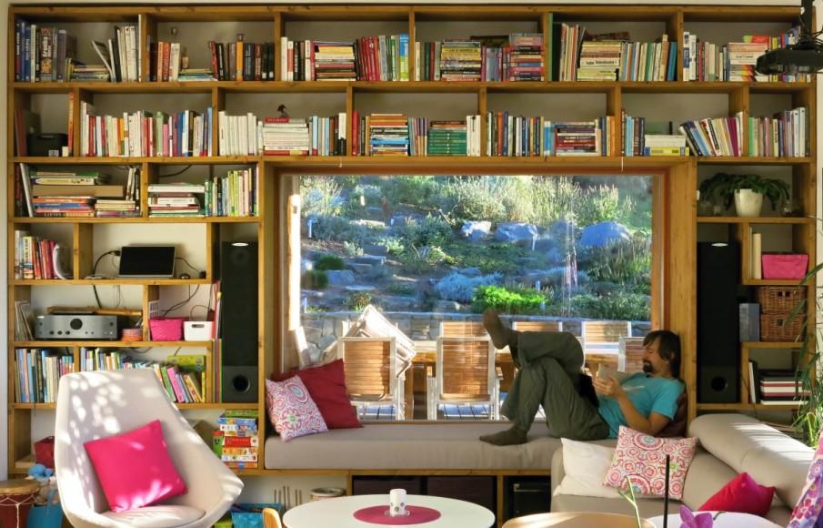 Knihovna s vestavěnou lenoškou