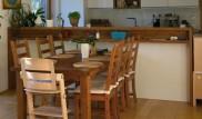 Kuchyňská linka s jídelním stolem