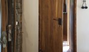 Veškeré vnitřní dveře byly prováděny na zakázku jako truhlářský výrobek. Na stěnách jsou použity probarvené hliněné omítky.