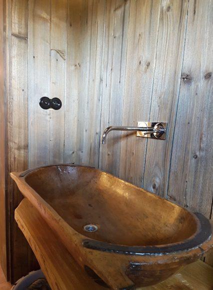 Pokud se vám ve stodole válí staré necky je škoda je vyhazovat. Mohou totiž ještě posloužit, v tomto případě jako designové umyvadlo.