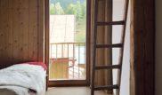 Z ložnice pro hosty je možný přístup po žebříku do půdního prostoru,kde se nachází dodatečné přistýlky.Veškeré dřevěné prvky v interiéru jsou drásané a stařené.