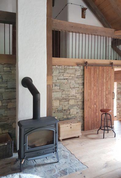 Vzhledem k tomu že je stodola vytápěna tepelným čerpadlem nemá smysl investovat do drahých akumulačních kamen a na efekt vystačí obyčejná litinová kamínka. Tyto jsou umístěna ve společenské místnosti.