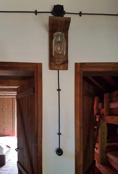 V interiérech byly provedeny viditelné rozvody elektroinstalace. Designérkou byli navrženy originální svítidla. Ač se to nezdá, takto provedená elektroinstalace je nákladnější záležitostí než klasické rozvody v drážkách.